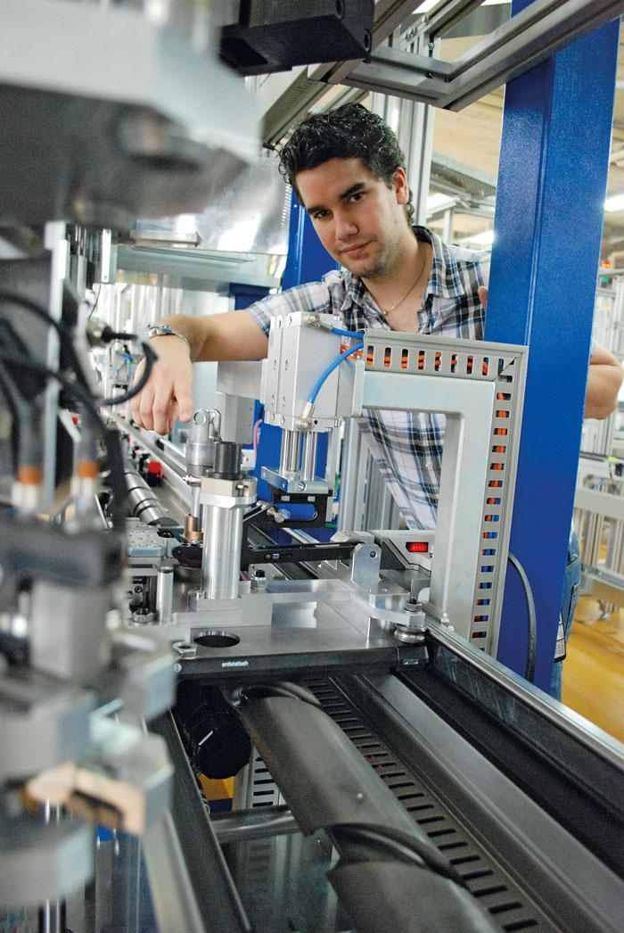 ETH-Doktorand Marc Engeler am Montageautomaten: Nach den digitalen Umwälzungen treibt die vierte industrielle Revolution die Produktionstechnik in den klassischen Industrien voran. (Bild: Daniel Fleischmann)