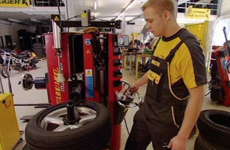 Reifenpraktiker/in EBA – Berufsfilm mit Porträt eines Lernenden