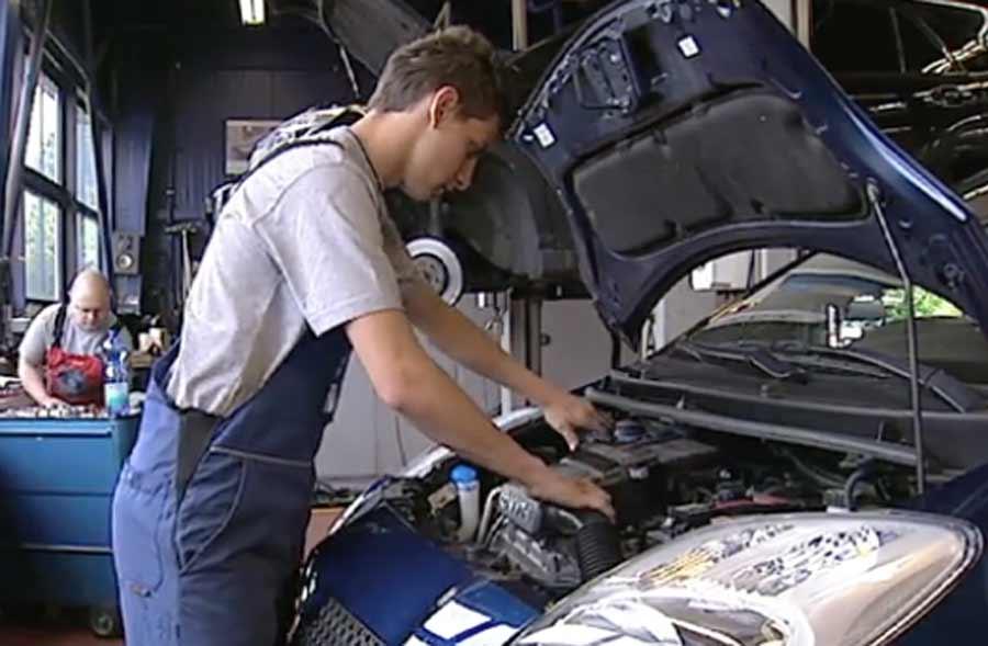 Automobil-Assistent/in EBA - Berufsfilm mit Porträt eines Lernenden