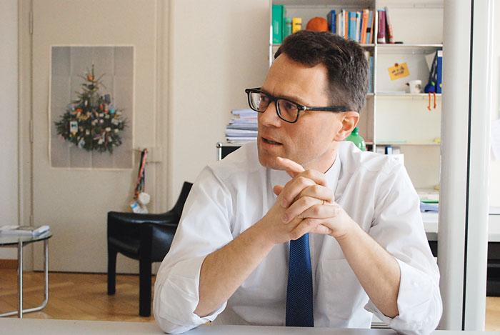 Johannes Mure ist Ressortleiter Bildungssteuerung und -forschung im SBFI. Er sieht bei der Valorisierung der Berufsbildungsforschung Licht und Schatten. (Bild: Daniel Fleischmann)