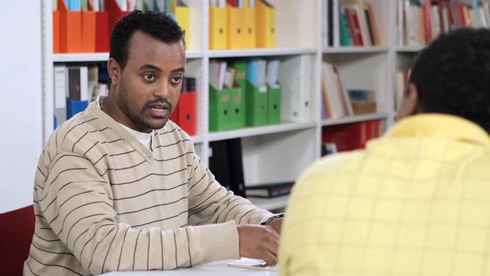 Der interkulturell Dolmetschende Ammanuel Alebachew bei seiner Arbeit auf einem Sozialdienst. (Bild: Interpret)