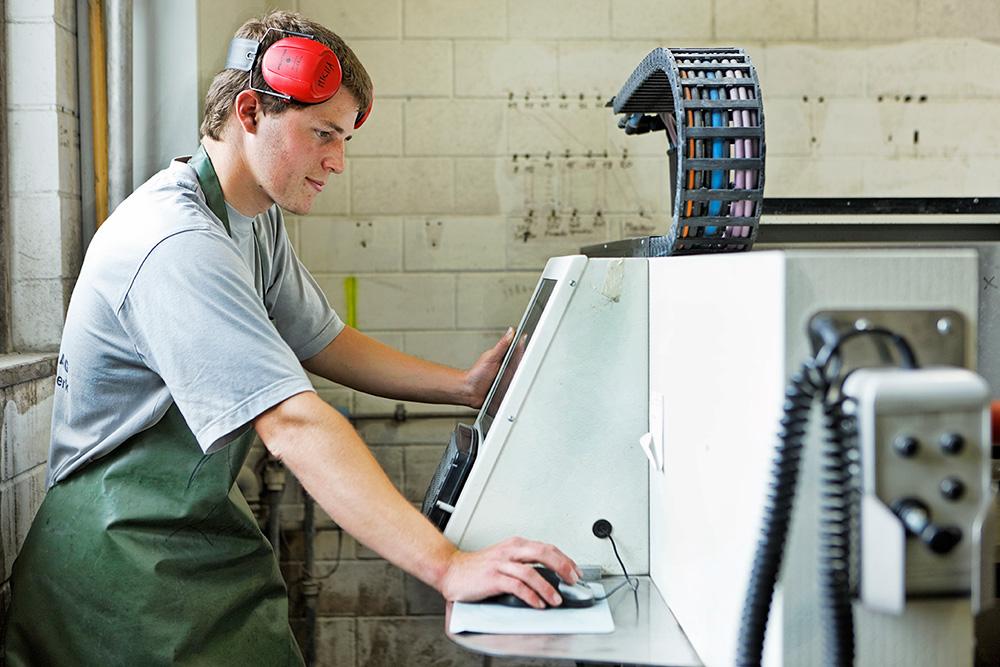 CNC-Maschinen bedienen