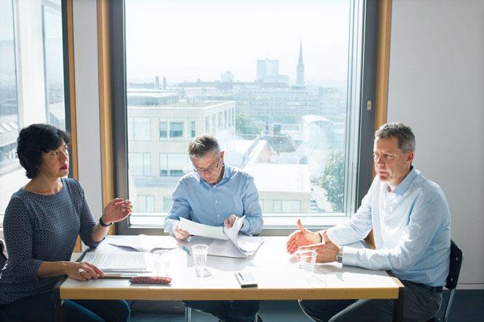 Von der Qualität und Methodik über die Abschlussprüfungen und überladenen Lehrpläne bis zum Sprachunterricht: Die drei Experten Mine Dal (ABU-Lehrerin), Georg Berger (ABU-Kommission) und Manfred Pfiffner (Expertengruppe) diskutieren ein breites Themenfeld. (Bild: Fabian Stamm)