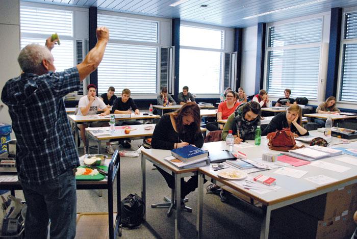 Die Berufsfachschulen wollen Passungsprobleme frühzeitig erkennen: Unterrichtssituation mit Lernenden in einer dreijährigen Grundbildung. (Bild: Daniel Fleischmann)