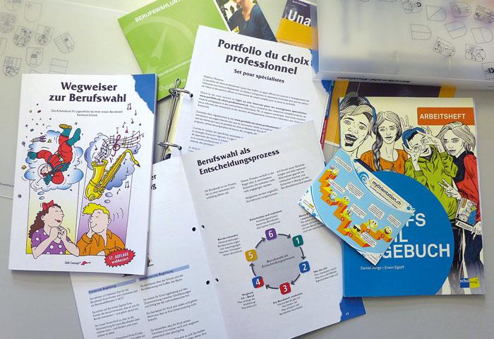 Den Schulen stehen verschiedene Lehrmittel zur Verfügung, die die Jugendlichen durch den Berufswahlprozess führen. (Bild: Andrea Lüthi)