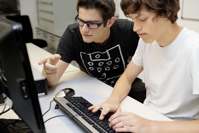 Im Kanton Bern können Informatik-Lernende schon bald zuhause statt in der Schule lernen. (Bild: Berufsbildungplus)