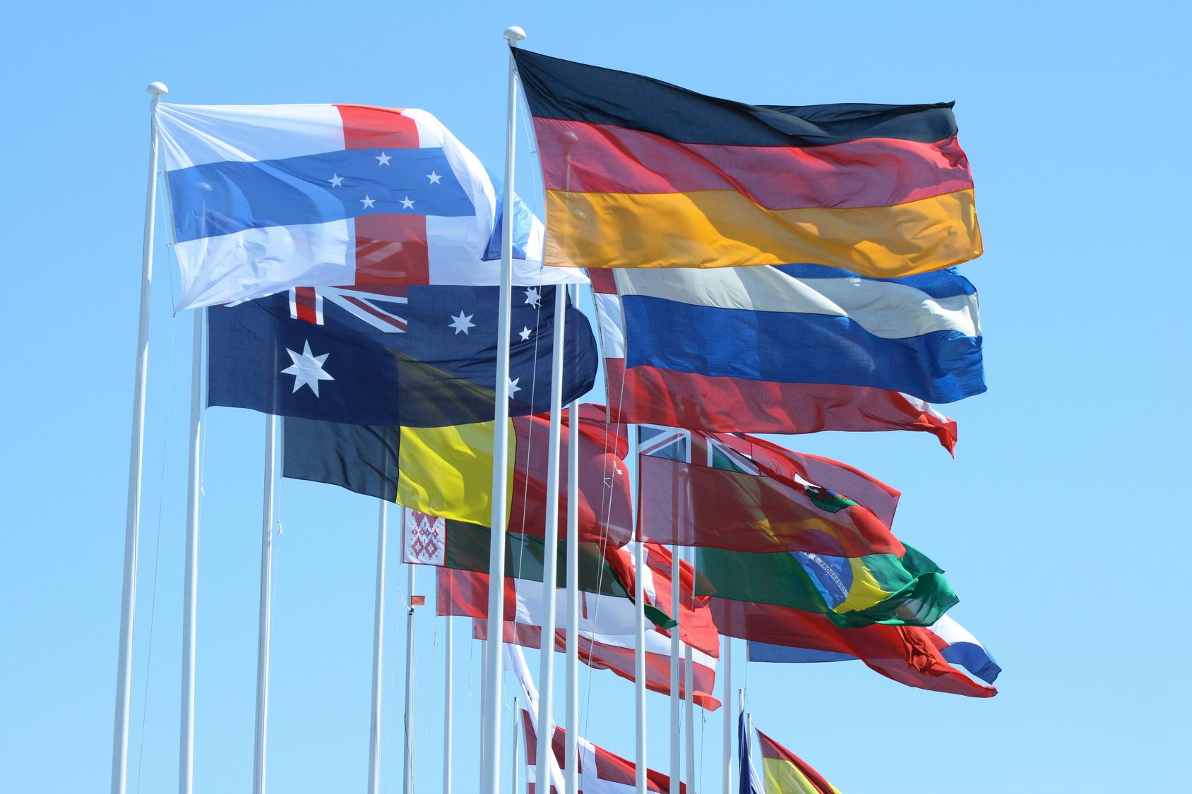 Internationale Organisationen und Firmen verhelfen der zweisprachigen Lehre zum Erfolg. (Bild: Fotolia/g-konzept.de)