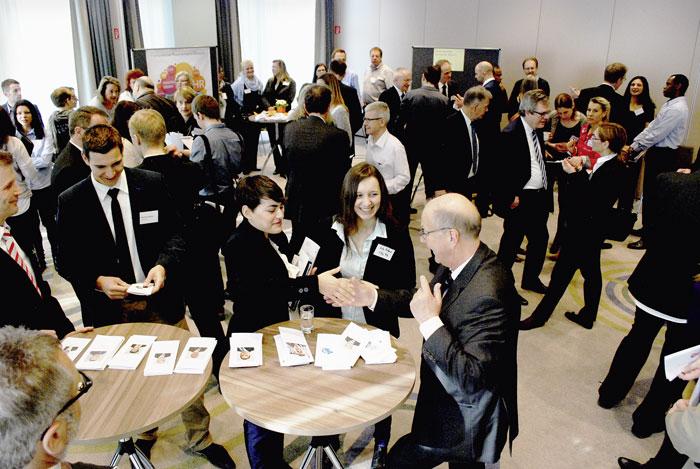 Jobmärkte wie jene in Schaffhausen sind ein gutes Instrument zur Pflege von Arbeitgeberkontakten; hier kommen Stellensuchende und Arbeitgeber in einen persönlichen Kontakt. (Bild: Daniel Fleischmann)