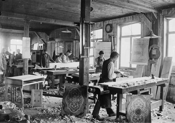 Tischler und Schreiner in der Schulwerkstatt im Technicum des Kantons Freiburg (Jahr: 1903). (Bild: KUB Freiburg/Fonds Prosper Paul Macherel)