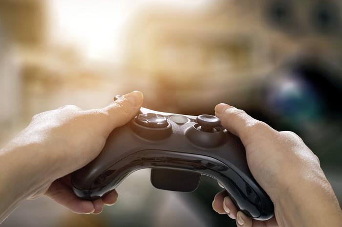 Ein Jugendlicher, der es gewohnt ist, in Videospielen Herausforderungen zu meistern, kann angeleitet werden, seine Berufswahl zu einem Spiel umzudeuten, in dem er der Held ist. (Bild: Fotolia/REDPIXEL)