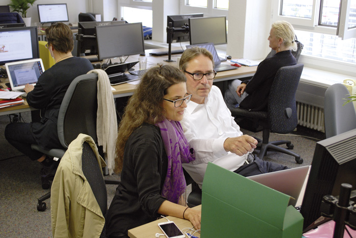 Einblick in die Projektplätze bei FAU in Zürich: Gegenseitige Hilfe wird grossgeschrieben. (Bild: Daniel Fleischmann)