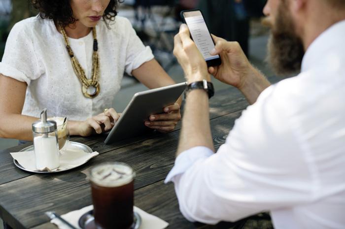 Social-Media-Kanäle sind bei der Rekrutierung von Personal die Zukunft. Personen, die Stellensuchende beraten, sollten ihre Möglichkeiten kennen. (Bild: rawpixel on Unsplash)