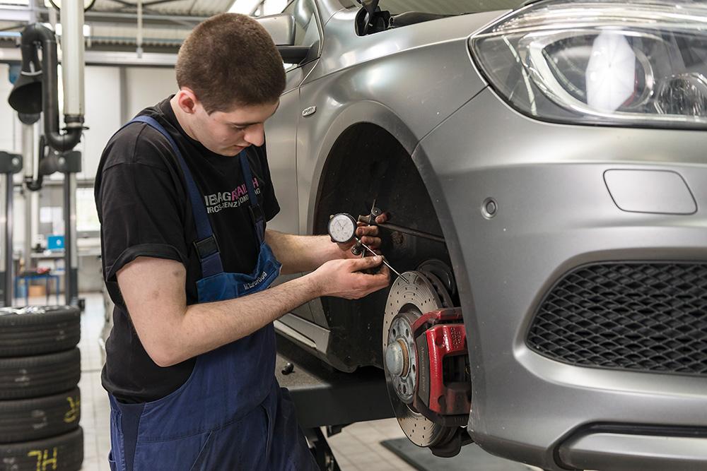 Kontrolle und Reparatur: Fahrwerk