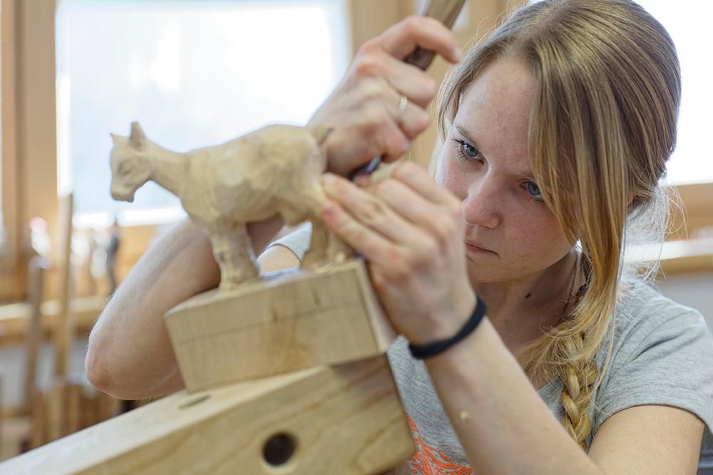 Schnitzen einer Holzfigur