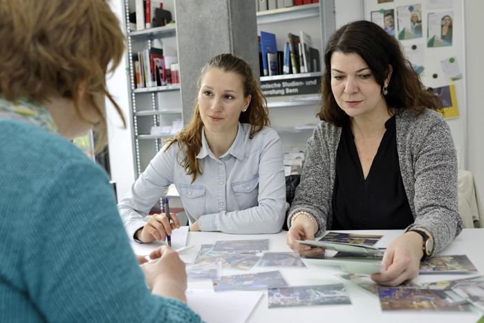 Tochter und Mutter in der Berufsberatung: Die Beraterin sollte bei beiden Seiten das Verständnis für die jeweils andere Seite fördern. (Bild: BIZ des Kantons Bern)
