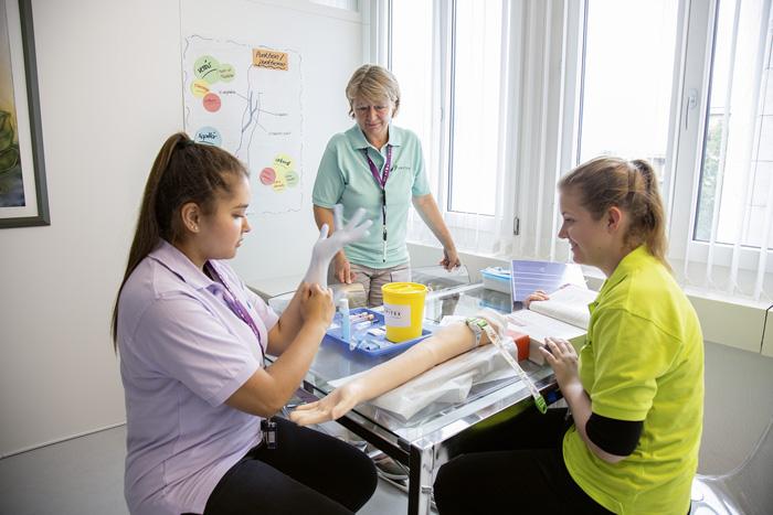Unter anderem mit Angeboten zum Quereinstieg wollen die höheren Fachschulen genügend Pflegefachpersonen ausbilden. (Bild: Pia Neuenschwander/Spitex Schweiz)