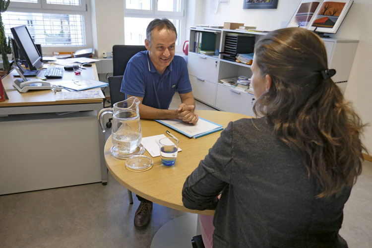 Laufbahnberater Marco Graf im Gespräch mit einer stellensuchenden Person. (Bild: Daniel Fleischmann)