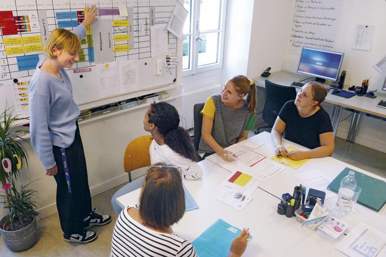 Die vielen Arbeiten, für die das Ressourcen-Lernzentrum verantwortlich ist, erfordern eine tägliche Einsatzplanung. (Bild: Daniel Fleischmann)