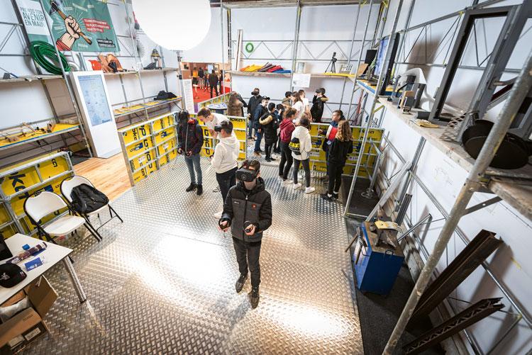 Mit einer VR-Brille können die Jugendlichen in den Arbeitsalltag von Bauberufen eintauchen. Damit dies nicht nur als Spiel genutzt wird, müssen sie vorher drei Stände besucht haben. (Bild: Linda Photography)