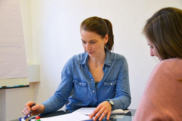 Anna Hoevelborn (SteCo) in einem Beratungsgespräch: «Coaching ergibt vor allem dann Sinn, wenn jemand durch die Stellenlosigkeit an Selbstvertrauen eingebüsst hat.» (Bild: SteCo)