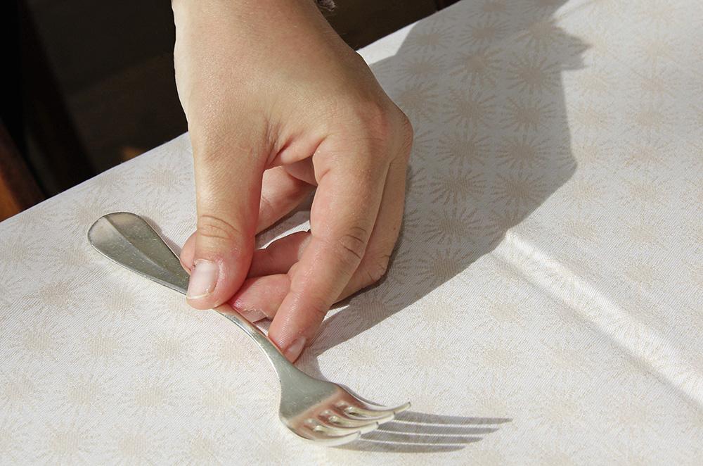 Tische vorbereiten und dekorieren