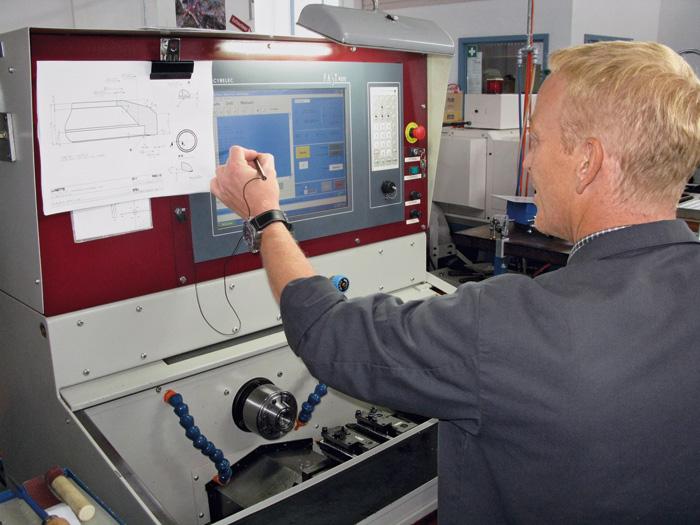 Haut standard technologique: un employé pilote électroniquement les machines.