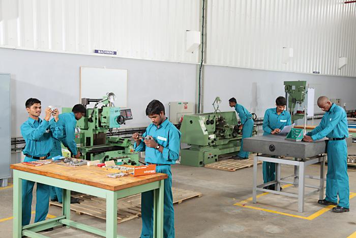 Des apprentis formés selon les standards suisses dans un atelier indien.