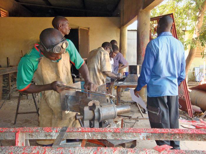 De futurs artisans en menuiserie métallique en formation en entreprise.