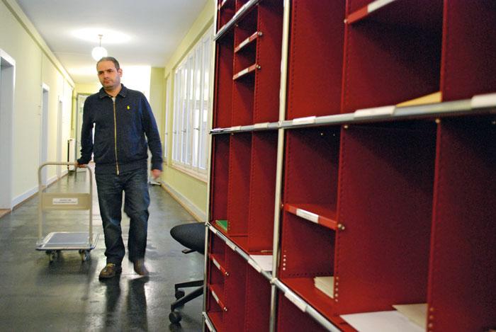 Patrik D. à son nouveau poste de travail à l'Inspection de police de la ville de Berne. Des larmes de joie ont coulé lorsqu'il a décroché cet emploi. (Photo: Daniel Fleischmann)
