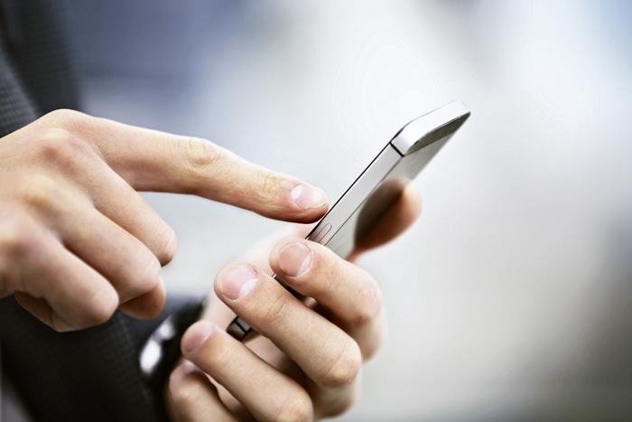 Recrutement mobile: les offres d'emploi diffusées sur les réseaux sociaux sont directement visibles sur les smartphones. (Photo: Fotolia/Tanusha)