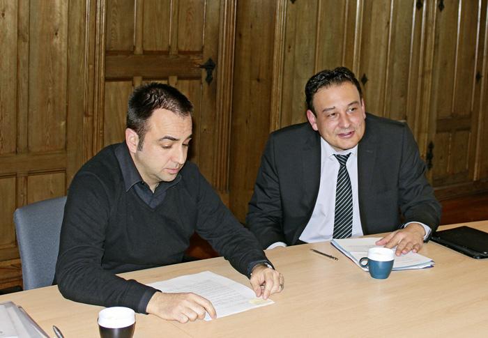 Selon le conseiller d'État Jean-Nathanaël Karakash (droite) et Fabio Fiore (gauche), du Service de l'emploi, la stratégie neuchâteloise correspond parfaitement à la volonté du SECO en matière de collaboration aide sociale-ORP. (Photo: Christine Bitz)