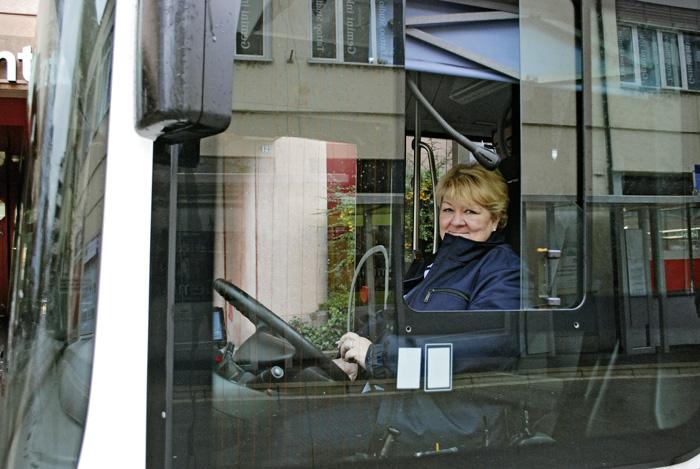 Comme neuf autres personnes issues de l'ORP, Doris Roduner a été formée par les Transports publics saint-gallois. (Photo: Daniel Fleischmann)
