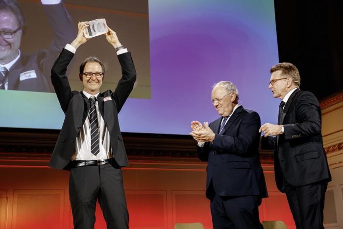 Le 14 mars 2017, Thomas Rentsch, de l'USIC, a reçu le prix Enterprize, sous les applaudissements de Johann Schneider-Ammann et de Hans-Ulrich Müller, président de la Fondation SVC. (Photo: USIC)