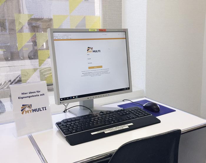 Au Centre d'orientation d'Oerlikon (ZH), les jeunes utilisent le programme Mymulti pour se préparer au test multicheck. (Photo: Can Alaca)