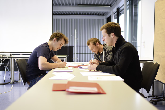 L'enseignement traditionnel perd de plus en plus de terrain au profit des formes d'apprentissage autonome (travaux en groupe, exercices, phases d'autoformation). (Photo: Campus Sursee)