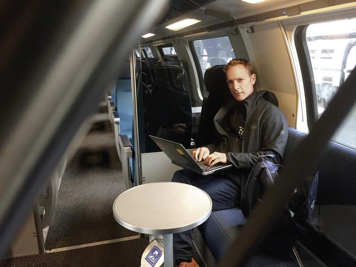 Jens Meissner, professeur et chercheur en management à la Haute école de Lucerne: «Je vérifie aussi mes e-mails professionnels lorsque je suis dans le train ou à la maison. C'est tout à fait normal.»  (Photo: Daniel Fleischmann)