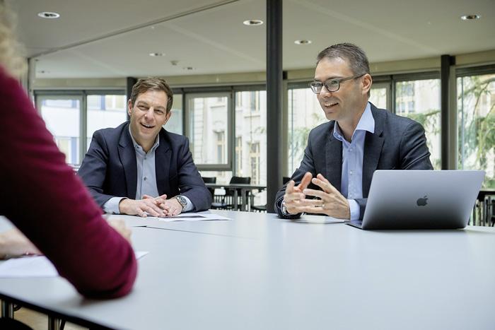 Rémy Hübschi (à gauche) est chef de la division Formation professionnelle et continue du SEFRI. Jörg Aebischer est directeur de la société de conseil eduxept SA, impliquée dans la phase de conception de «digitalinform.swiss». (Photo: Adrian Moser)