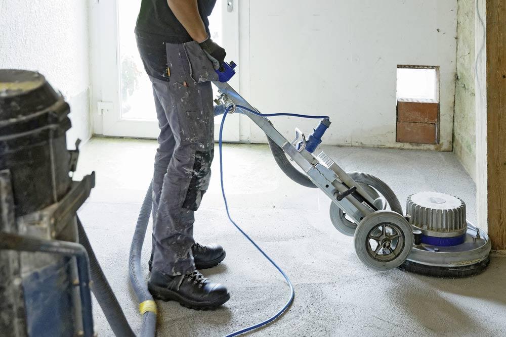 Poncer et nettoyer le sol brut