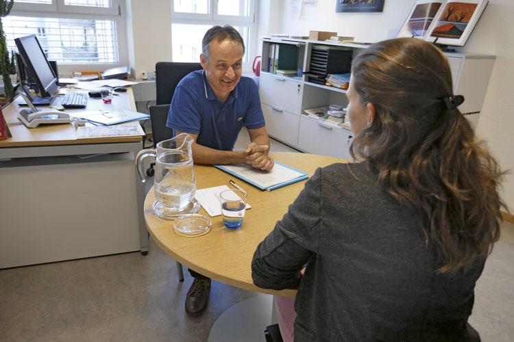 Marco Graf, conseiller en orientation, en entretien avec une demandeuse d'emploi. (Photo: Daniel Fleischmann)