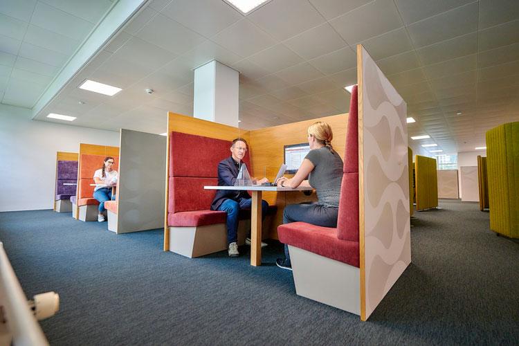 La plupart des demandeurs d'emploi préfèrent que l'entretien se déroule dans un espace ouvert. Ce dernier peut par exemple prendre la forme d'un compartiment de train. (Photo: Adrian Moser)