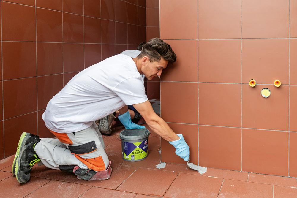 Mastiquer les joints et nettoyer