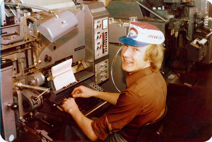 Roland Kuster devant un composteur à l'imprimerie Akeret vers 1976.