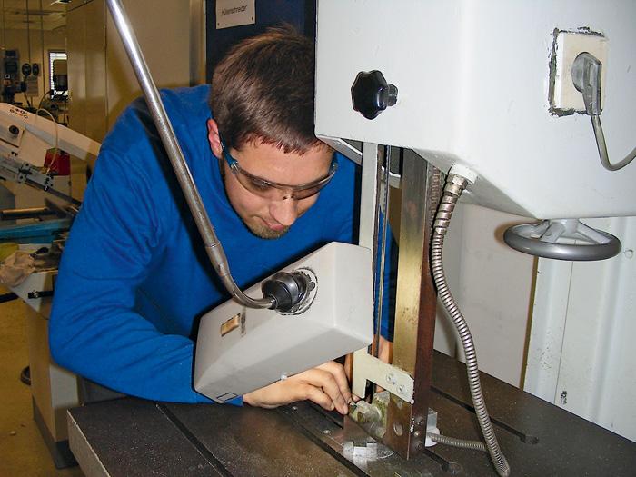 Un apprenti suisse en formation dans la filiale allemande du groupe Bobst à Bielefeld.