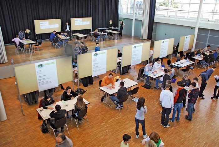 Première rencontre: étudiants et formateurs professionnels en entretien à Köniz.
