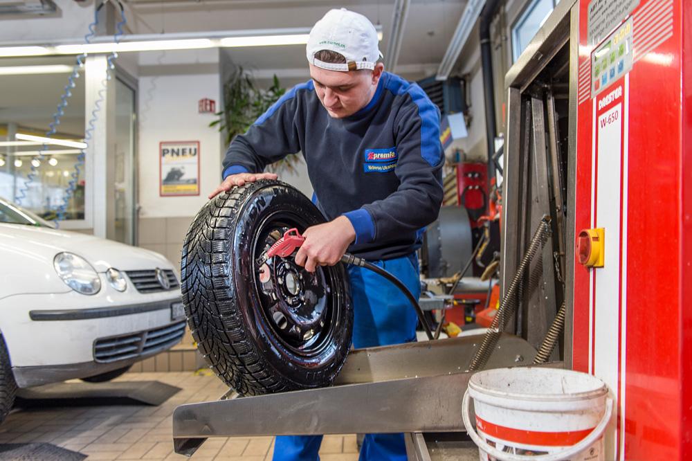 Gonfiare pneumatici e pulire ruote